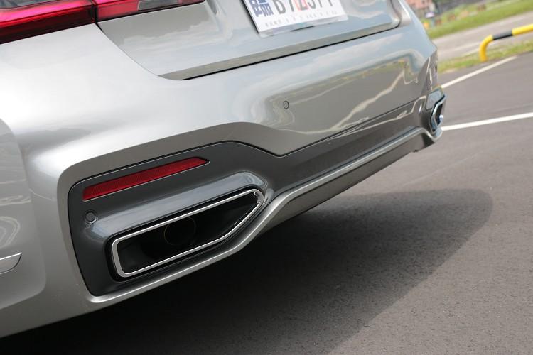 排氣管外部增加矩形的飾管增添質感,雖然是四缸引擎聲浪依舊迷人。