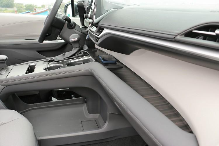 鞍座下方還有開放式空間可以放進公事包等隨身物品,從車輛前排設計就不難發現Sienna完全強調功能性為主的車內布局。