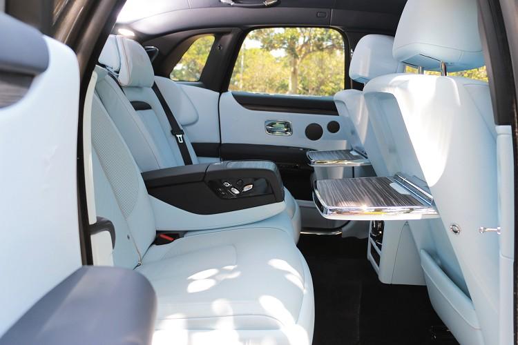 後座是層峰級人士的專屬空間,座椅可獨立調整還附有小桌板,對開式車門讓後座乘客上下車更優雅。
