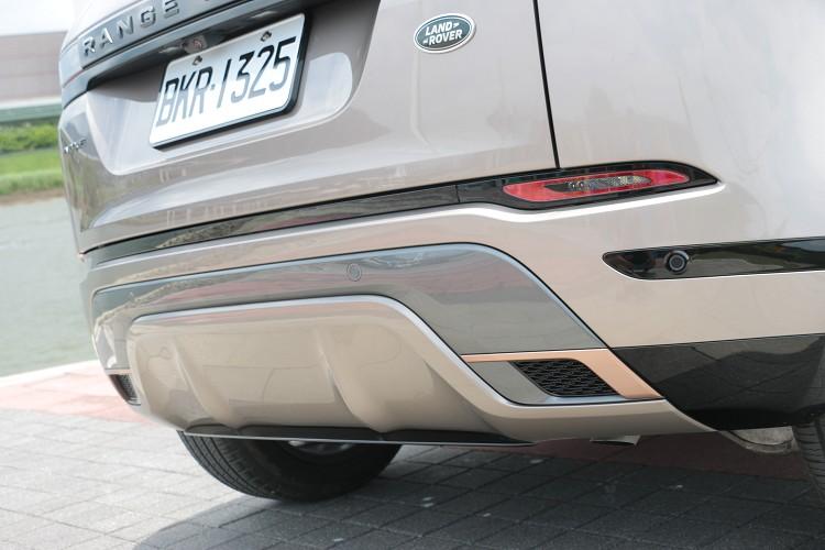 典雅的風格讓它把排氣管隱藏在保感內,同樣的車尾也有玫瑰金飾板用來與車頭。
