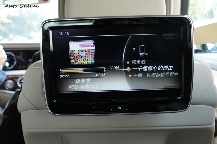 前座椅後方的螢幕可撥放所需的畫面,讓後座能享受高檔的影音娛樂,從前座或者後座遙控器自由選擇。