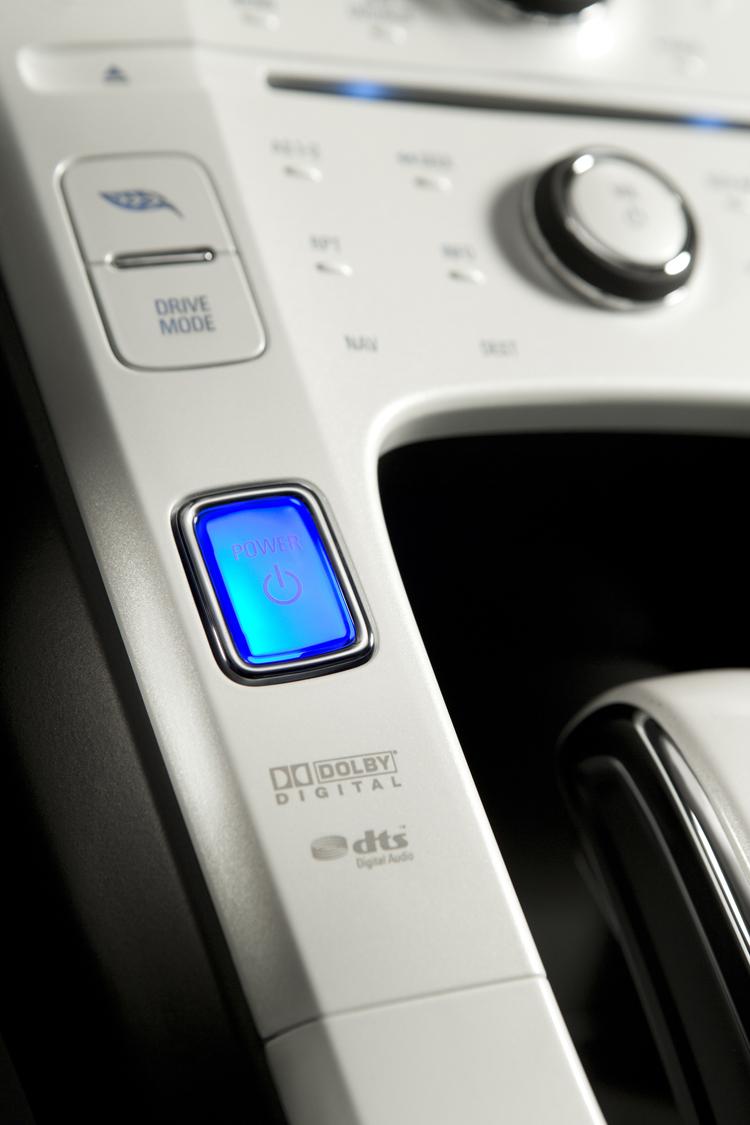 電動車起動時無聲,加上多採免持鑰匙設計,在救援時最好先將感應鑰匙遠離車子。