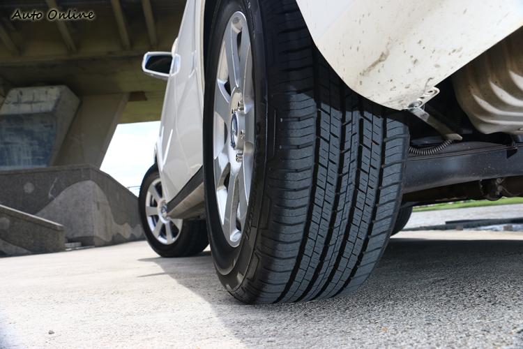 細小塊狀花紋排列,可有效的降低路面噪音,大幅度提升在柏油路面的滾動噪音。