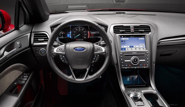 內裝最值得注意的是取消原本的排檔桿,而換成旋鈕控制,鞍座的配置也隨之有了很大改變。