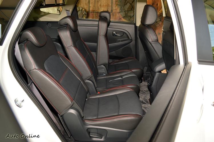 Carens後座椅背角度和前後距離都能獨立調整,車窗玻璃也可以降到最底。