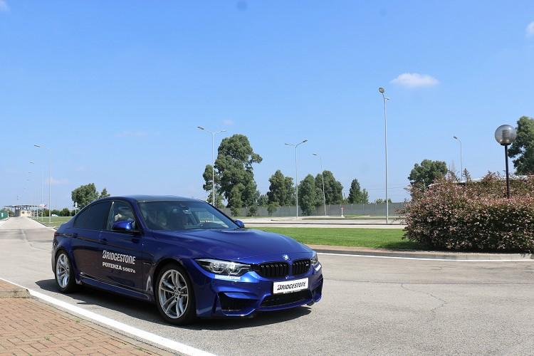 乾地駕控除了自駕外,我們還搭乘前F1車手Stefano Modena所駕駛的BMW M3在高速環形賽道上奔馳。