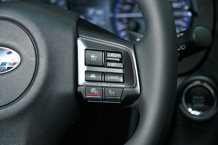 方向盤右側有主動跟車系統的間距調整以及動態模式的切換按鈕。