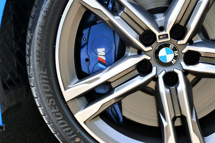 M款煞車套件為前四活塞卡鉗,並施以藍色塗裝處理。