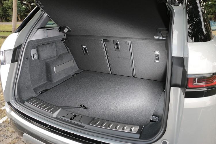 行李廂標準空間為472公升,若將後座椅背傾倒則可得到1383公升置物容積。