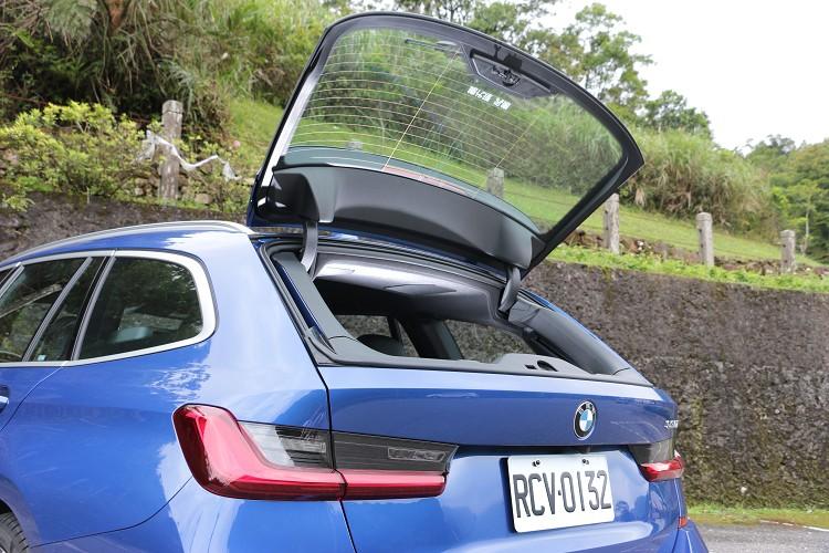 獨立開啟式後擋玻璃、電動尾門啟閉系統等實用配備,達到休旅車的全方位機能表現。