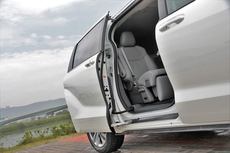 可以用車門把手開啟或者同級唯一的足踢感應,雙側滑門就會自動開啟。