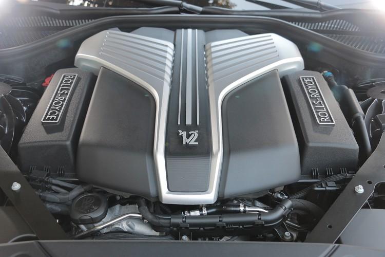 動力方面使用一具6.75升V12雙渦輪增壓引擎,最大馬力有571匹,最大扭力86.7公斤米。
