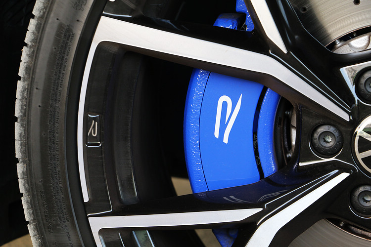 21吋R款專屬鋁合金輪圈搭配運動休旅用胎,煞車系統也已同步升級。