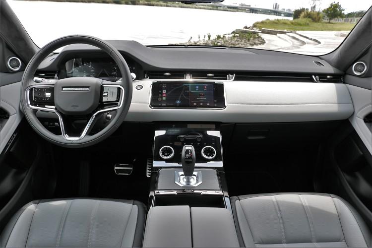 進到車內,可看到品牌近期的設計風格,採用雙螢幕以及虛擬數位儀表建構出車內科技質感。