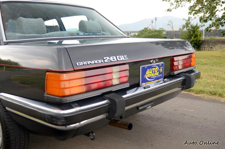 車尾的銘牌可以證明這是一樣2.8L的Granada,類似賓士的立體尾燈增添質感。
