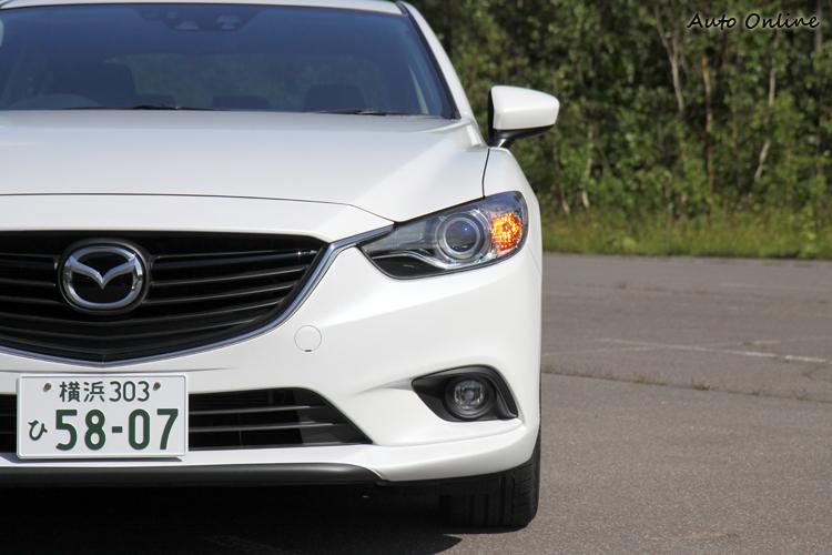 看到全新Mazda6車頭水箱護罩與頭燈造型,顯現家族式臉譜「魂動之翼」,看的出Mazda慢慢改走家族特徵造型。