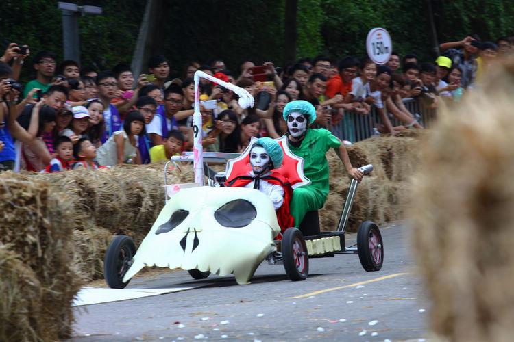 「血腥德古拉」有兩人坐鎮,不但車輪有外傾角調整,還有兩根朝天排氣管。