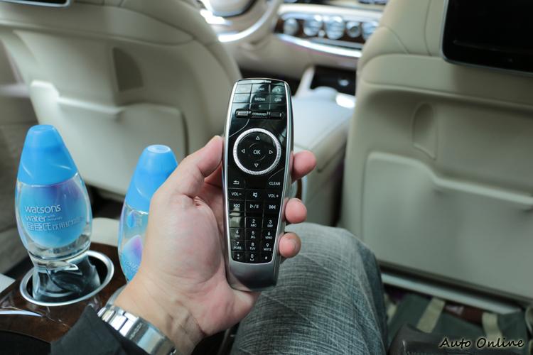 後座可運用此遙控器來控制全車、後左螢幕、後右螢幕的顯示功能,讓老闆或秘書可輕鬆掌控影音系統。