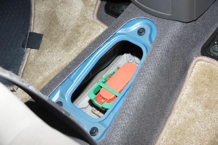 除了關閉電門,進入車內救援時第一件事就是關閉總電源。