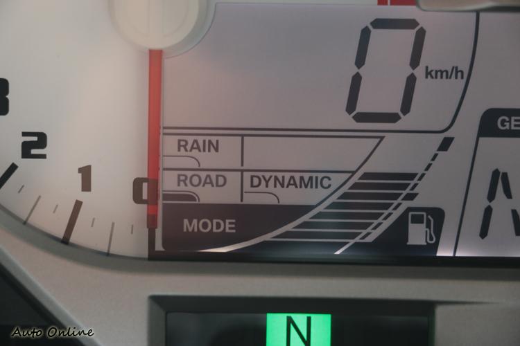 選購套件後會多了Dynamic/ Pro模式,也就是過去俗稱的插紅鑰匙出現的賽道模式。