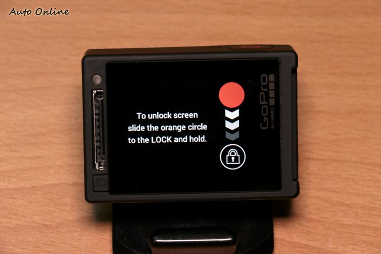 觸控螢幕具備鎖定功能,沿著右側的圖示向下滑即可解鎖。