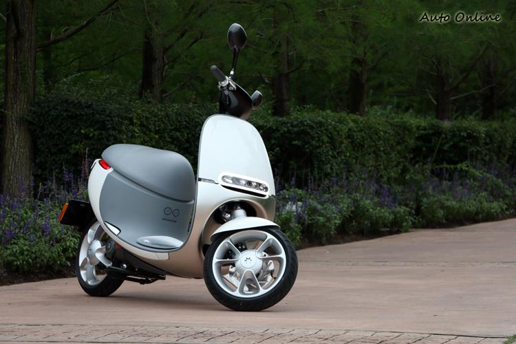 簡潔圓潤的車身設計為創造出0.76的低風阻係數。