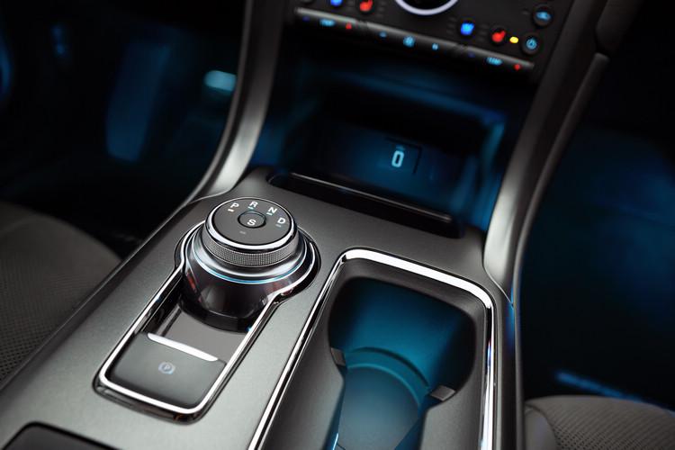 由於動力比起Accord、Camry等仍採傳統3.5L引擎馬力還大至少50匹,FORD也為它配置四出尾管。