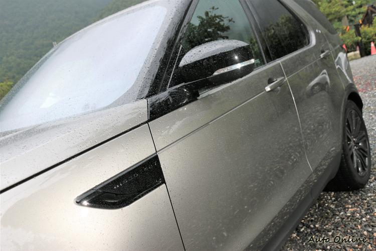 車側前葉子板上有專屬的標誌,此車選配了黑套件,所以許多地方都是採黑色烤漆處理。