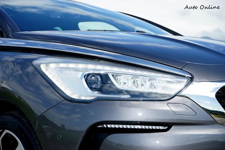 具主動轉向與自動遠近光切換的頭燈內部燈組設計也有修改。