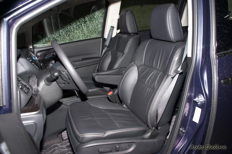 黑色皮質座椅,駕駛座為八向電動調整。