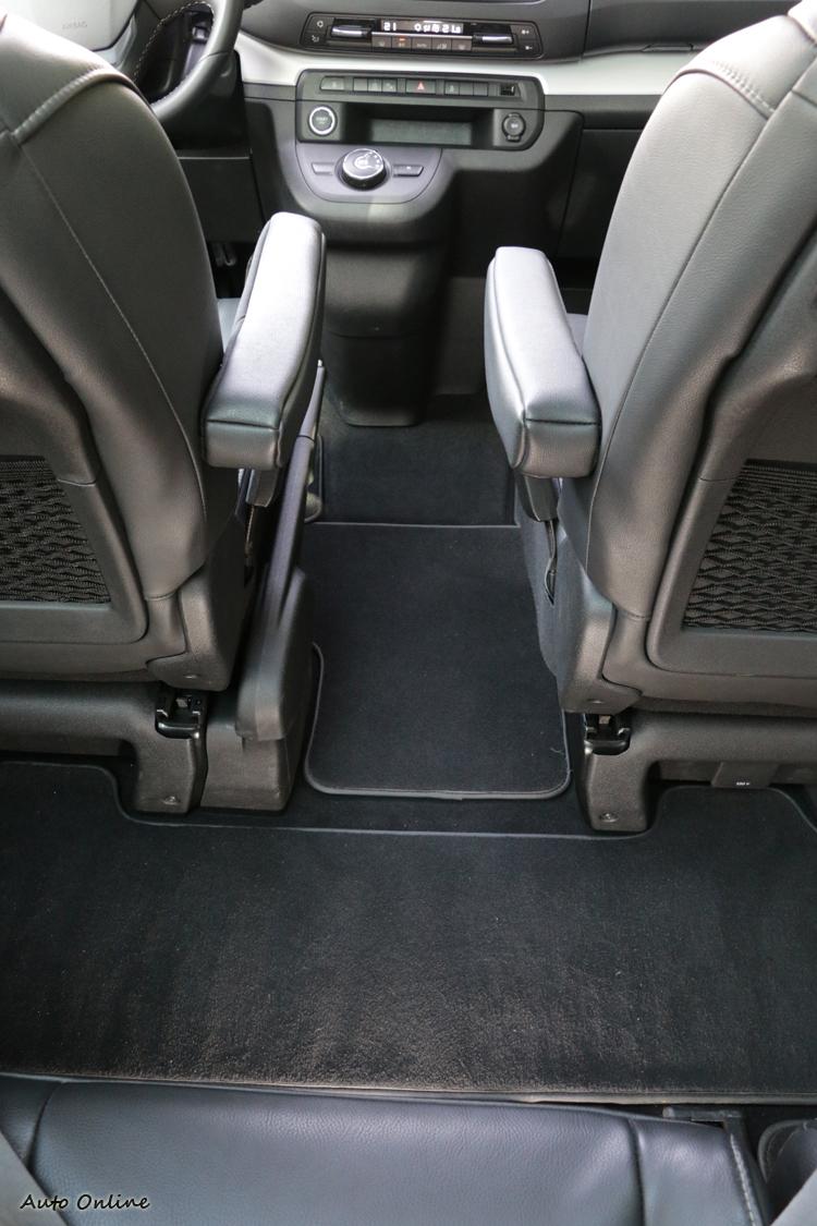 平坦的地板和寬敞格局,為前後座預留能夠自由出入的通道。