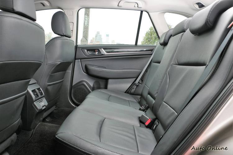 後座空間表現亮眼,車內不會帶給乘客壓迫感。