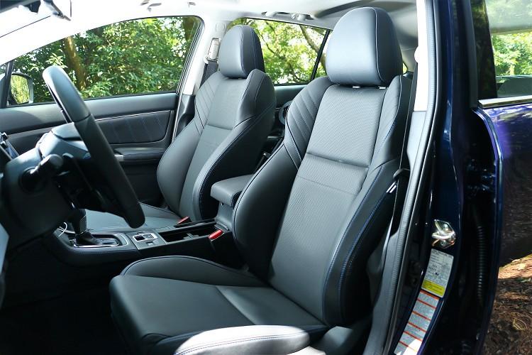 座椅的包覆性好,還特別利用藍色車縫線來點綴車內氛圍。