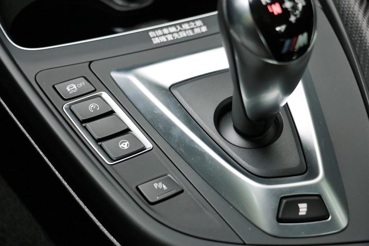 從引擎動力、變速箱反應與方向盤回饋力道各有三段可自行調整,循跡模式則有MDM模式與全關兩種。