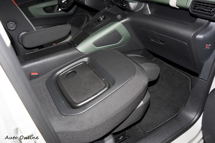 副手座椅背可以向前放倒,增加置物彈性。