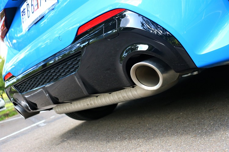 直徑100mm大口徑左右雙出排氣尾飾管,靜止不動時也能散發出小鋼砲韻味。