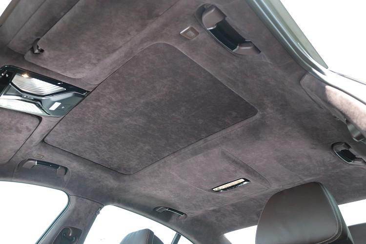 車內配備專屬BMW Individual Alcantara麂皮車內頂篷帥氣度破表。