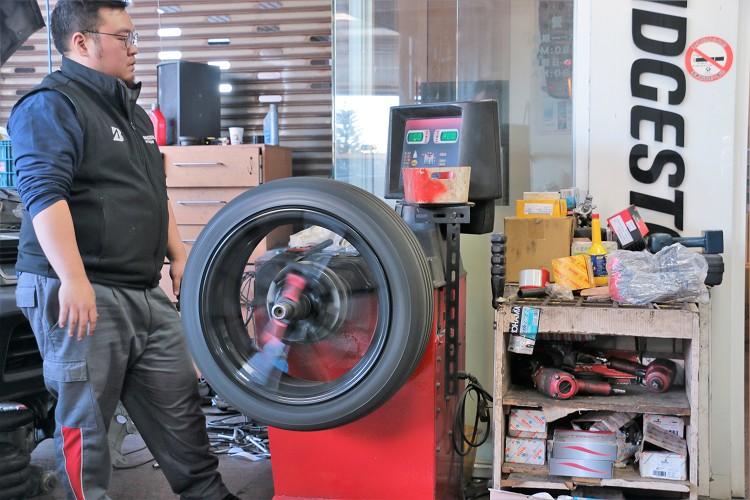 換裝新輪胎之後必須要做動態平衡,如果你在高速時方向盤會抖動,很有可能就是輪胎平衡跑掉。