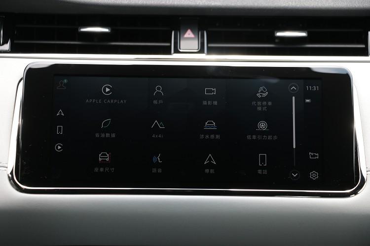 新年式的中控台雙螢幕搭載最新世代Pivi Pro智慧科技介面,完美整合導航、電話、多媒體以及車輛各項控制功能。