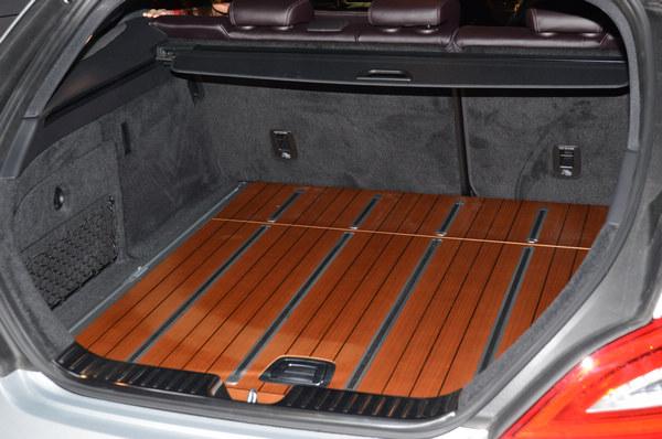 木質鋪陳的行李廂地板,向過去貴族專用的狩獵用車致敬。