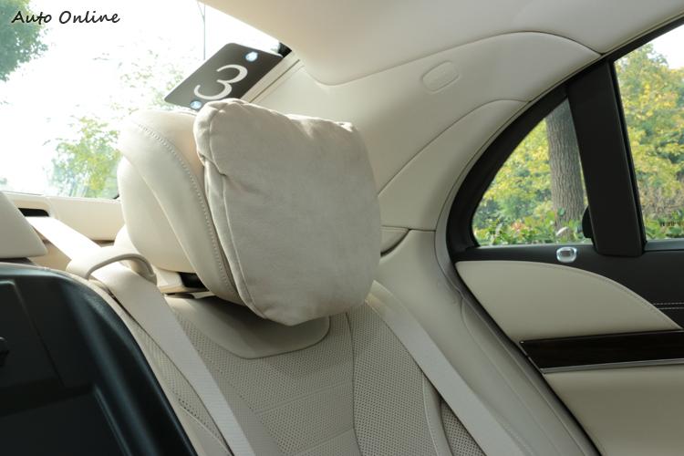 後座頭枕很貼心地加裝軟軟的頭枕,真的很舒服啊!