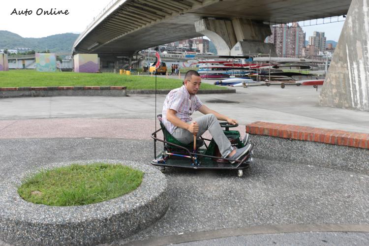 只要有一個車身的空間,就能用Crazy Cart甩尾通過。