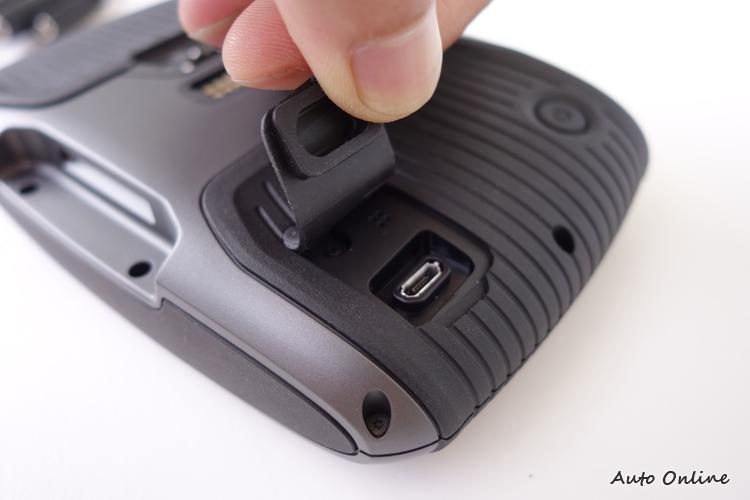 機背的USB孔也有橡膠蓋防止雨水進入,但無法透過此處把電充飽。