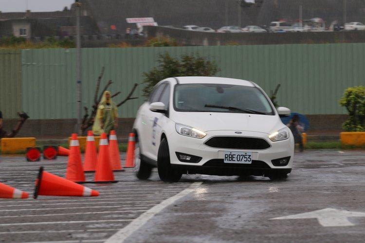 繞錐考驗的是車輛的靈活轉向以及指向性,懸吊系統也必須能夠應付快速的重心轉移。