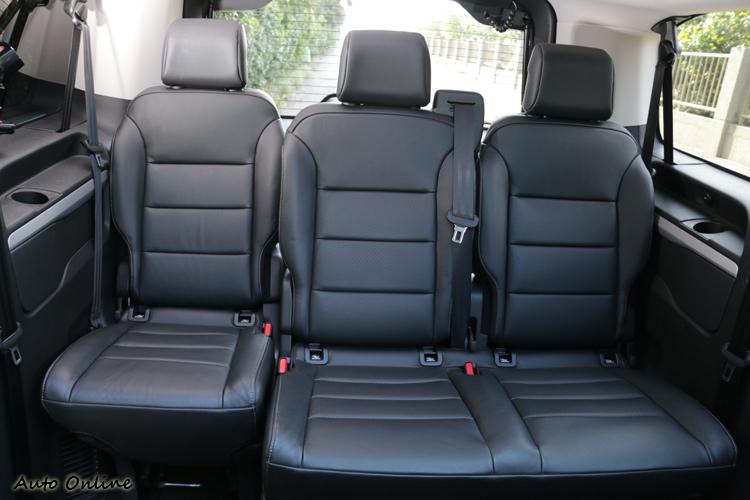後兩排座椅可折疊、4段角度可調,且能前後移動甚至完全拆卸。
