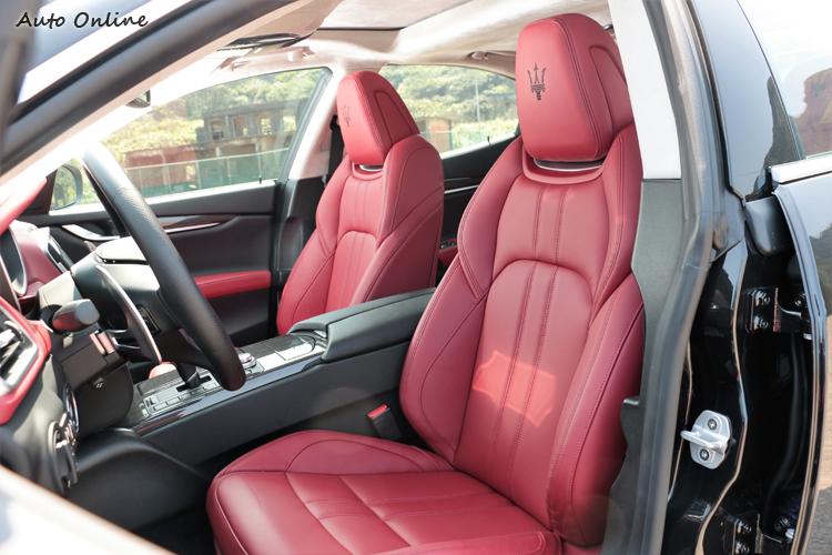 紅色跑車型座椅,注重質感且包覆性好。