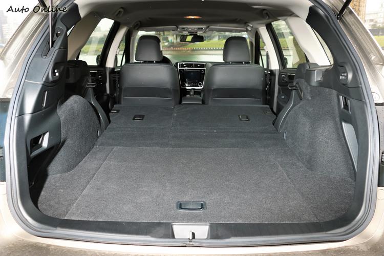 後座椅背6/4分離放倒後可瞬間增加置物空間,隨心所欲擺放不受任何拘束。