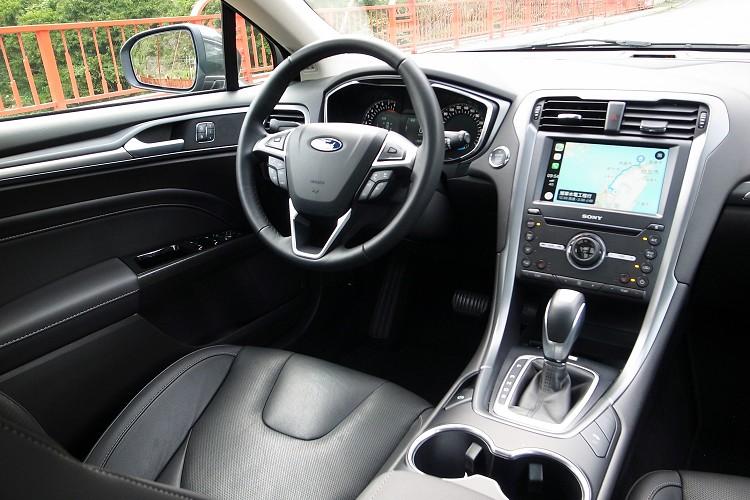 內裝造型與四門轎車相同,Ford一項走高質感路線。