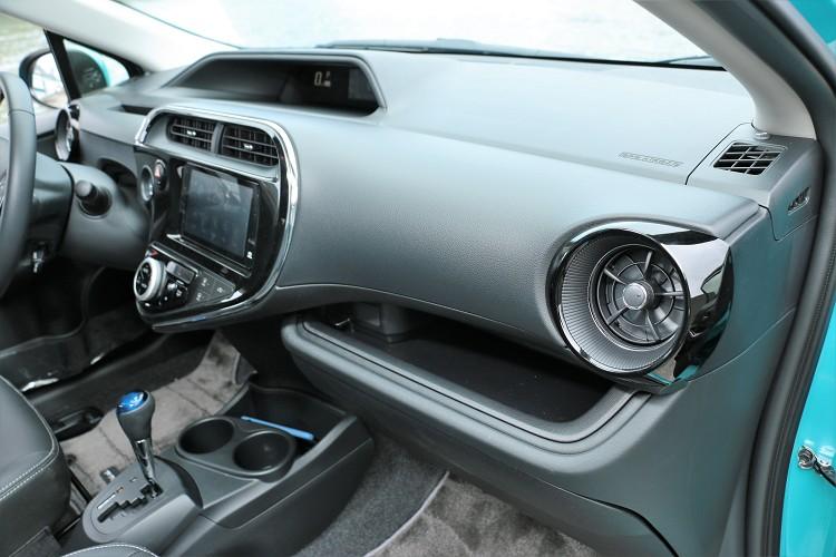 內裝維持原有設計,精緻的飾板突顯出設計感,這部分是Toyota的強項。