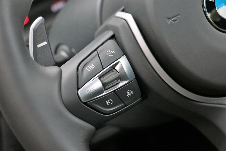 方向盤上有M1與M2快捷鍵,駕駛者可先預設好以備不時之需。